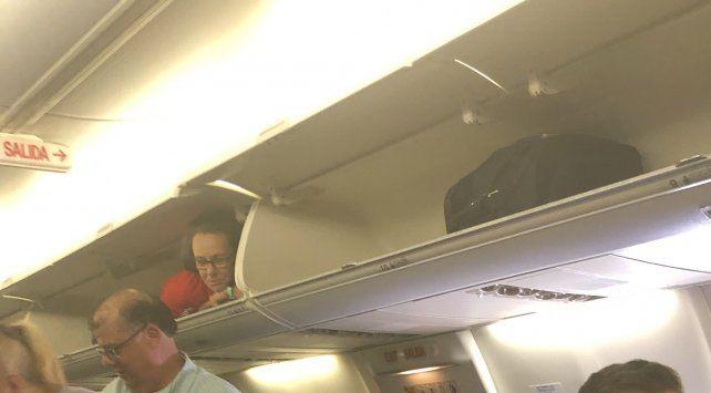 Una azafata se hizo famosa por el insólito lugar que eligió para recibir a sus pasajeros