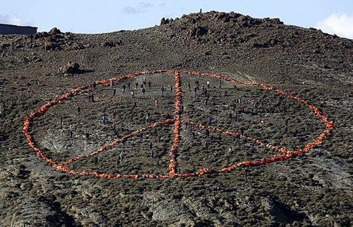 Armaron un símbolo de la paz gigante con salvavidas en memoria a los refugiados de Turquía