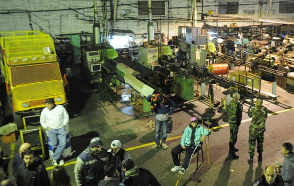 Angustia. Tensa espera de los trabajadores de Fabricaciones Rosario.