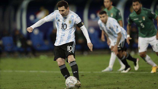 Messi anota el segundo gol de su equipo desde el punto penal. Cuiabá, Brasil. AP Photo / Bruna Prado.