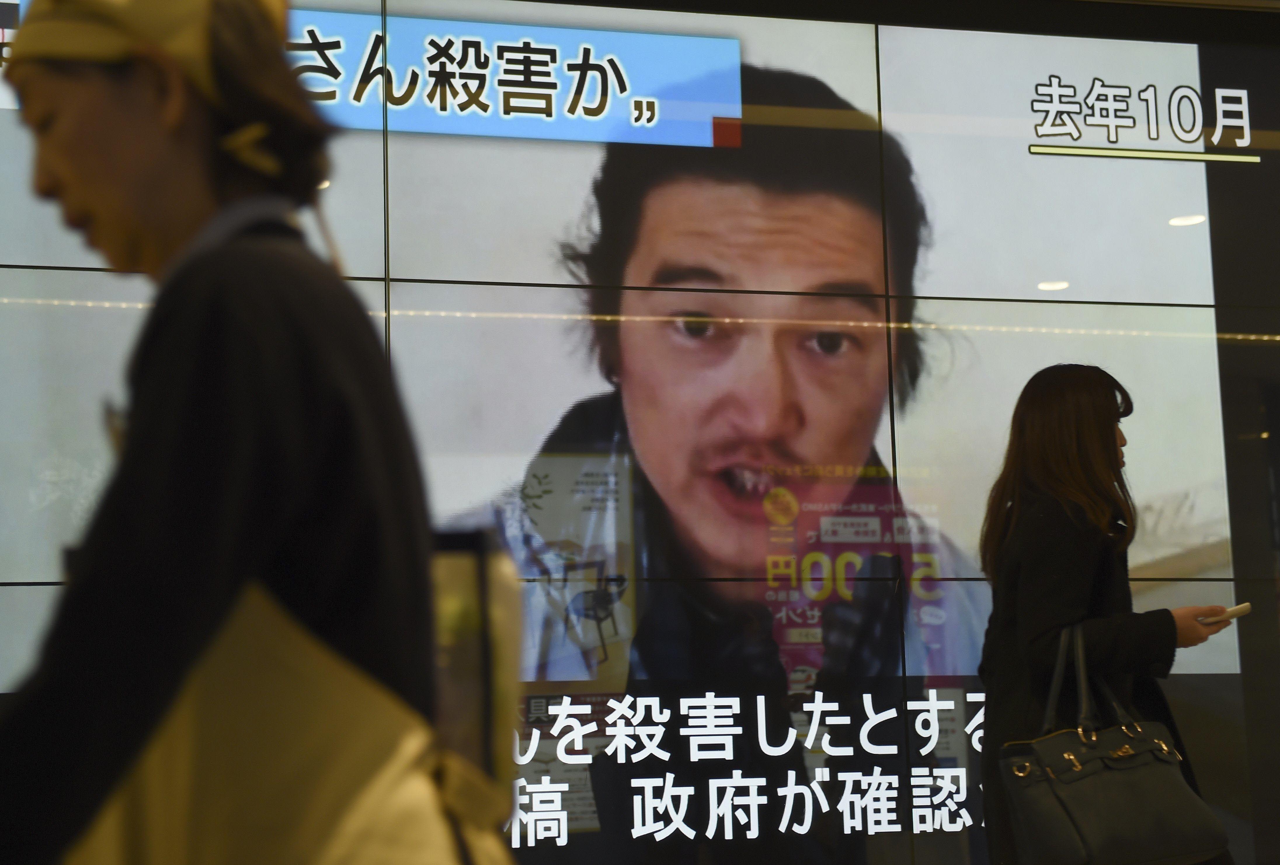 Un video de Kenji Goto desde su cautiverio es proyectado en una calle de Tokio.