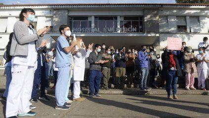 Personal médico, de enfermería y administrativo participaron del abrazo solidario en respaldo a la gestión del director del Hospital Eva Perón.