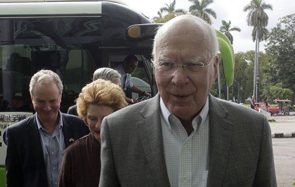 El senador Patrick Leahy encabeza la delegación a su llegada al hotel en el centro de La Habana.