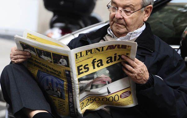 Repercusión. Un catalán lee el periódico nacionalista El Punt. Se hace así