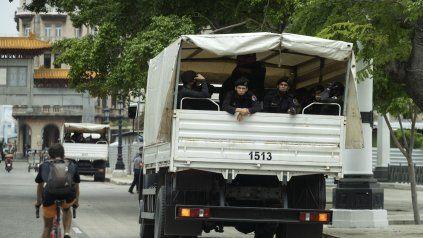 Control y represión. Los Boinas Negras, una unidad temida por los cubanos, recorren las calles de La Habana.