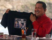 Chávez enseña en TV la camiseta con el ¿por qué no te callas? que le regaló el Rey
