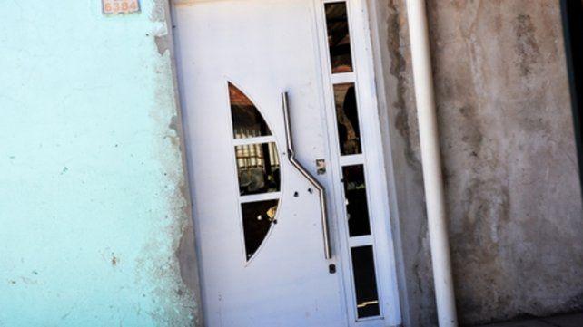 Perforada. La puerta de la casa de Pablo Ghietti fue atravesada el martes por dos balas de alto calibre.
