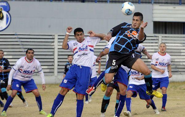 La figura. Cristian Rivarola se eleva y les gana a los defensores visitantes. El mediocampista les dio la victoria a los salaítos a 9' del final en la cancha de Tiro.