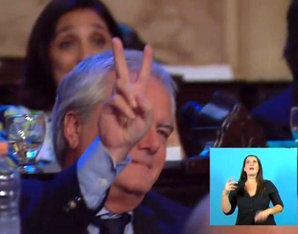El legislador del macrismo respondió con un gesto típico del peronismo