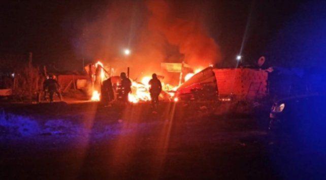 La precaria vivienda quedó totalmente destruida a pesar de la rápida intervención de la agrupación de bomberos voluntarios local.