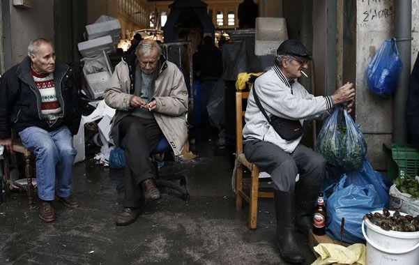 pobreza. Vendedores en el mercado de pescado de Atenas. Los griegos se han empobrecido visiblemente desde 2010.