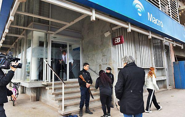En Roldán. El atraco al Banco Macro fue el pasado 8 de julio. Se presume que los asaltantes fueron seis.
