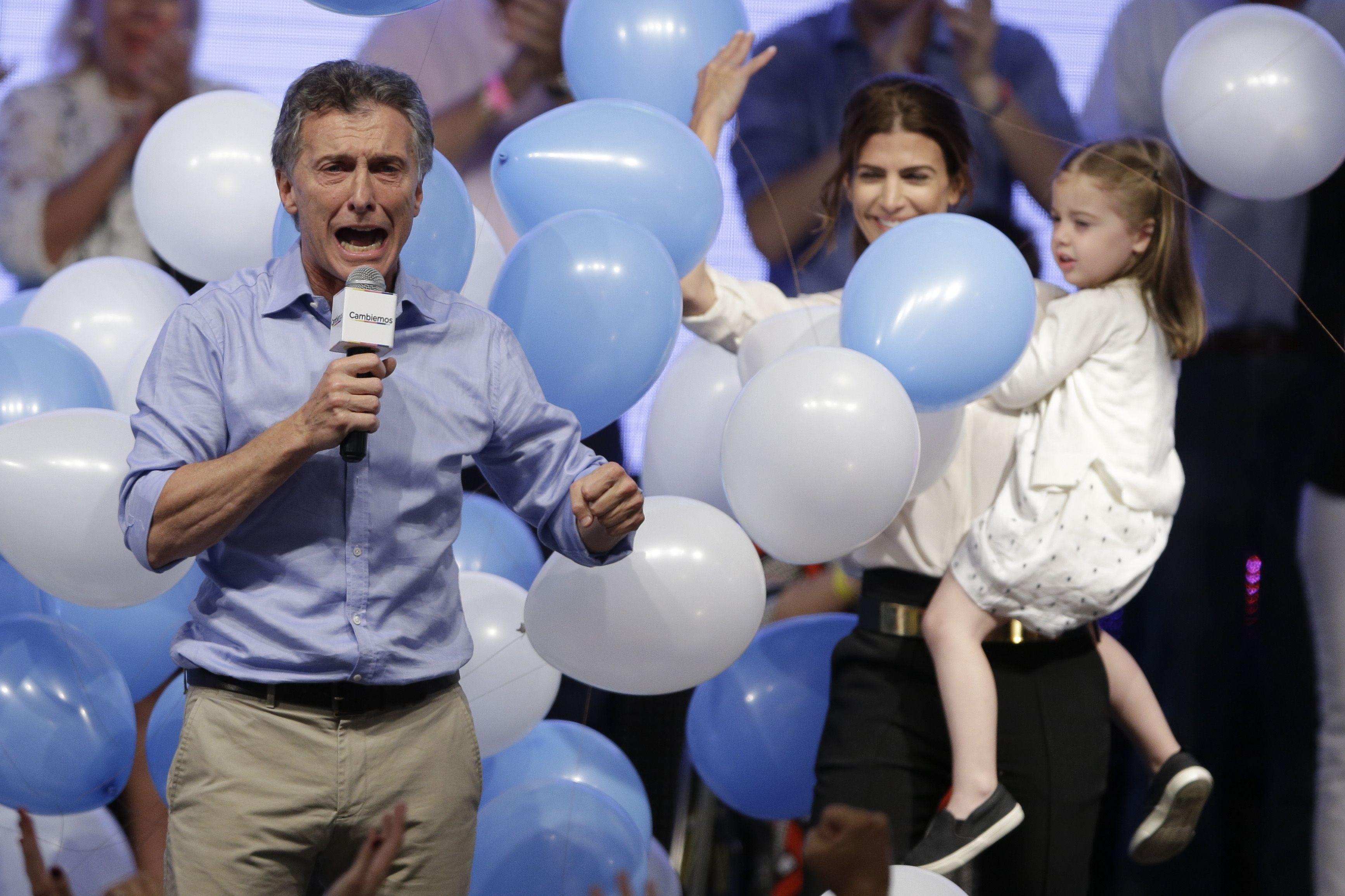 Mauricio Macri coronó anoche el sueño de su vida política y festejó el triunfo junto a su esposa y su hija. (AP)