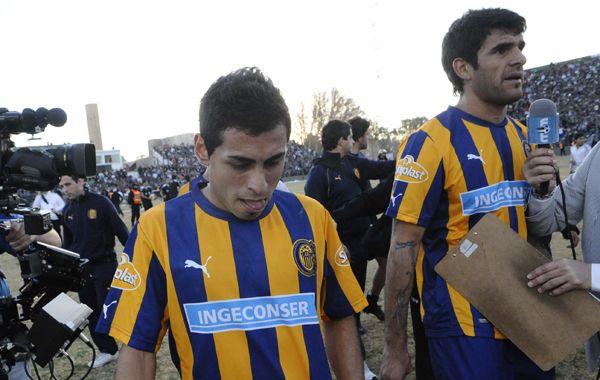Carrizo y Toledo dejan el campo de juego sanjuanino. (Foto: Suárez Meccia)