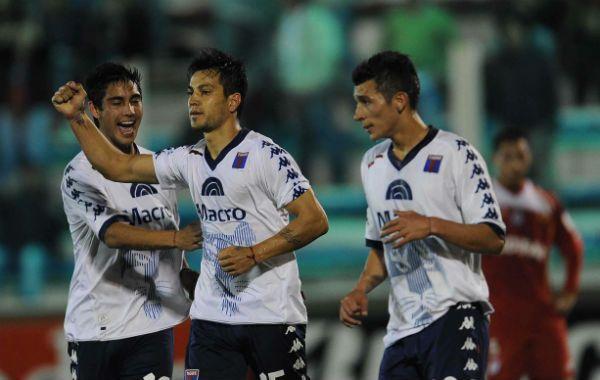 Gastón Díaz festeja el gol junto a sus compañeros. (Télam)