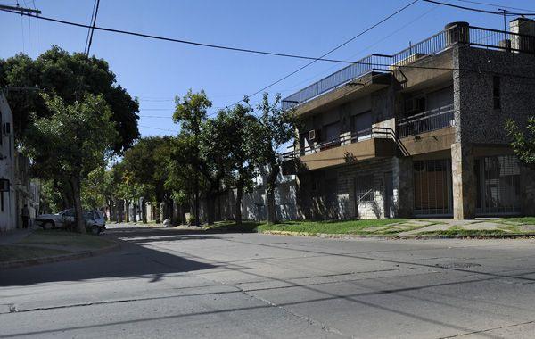 El robo y posterior golpiza se produjo el sábado por la noche en Marcos Paz al 5400. (Foto: V. Benedetto)
