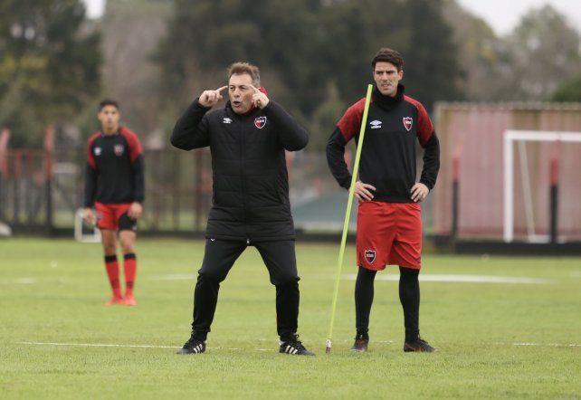 En Bella Vista. Frank Kudelka, junto a Mauro Formica, en acción en un entrenamiento leproso.