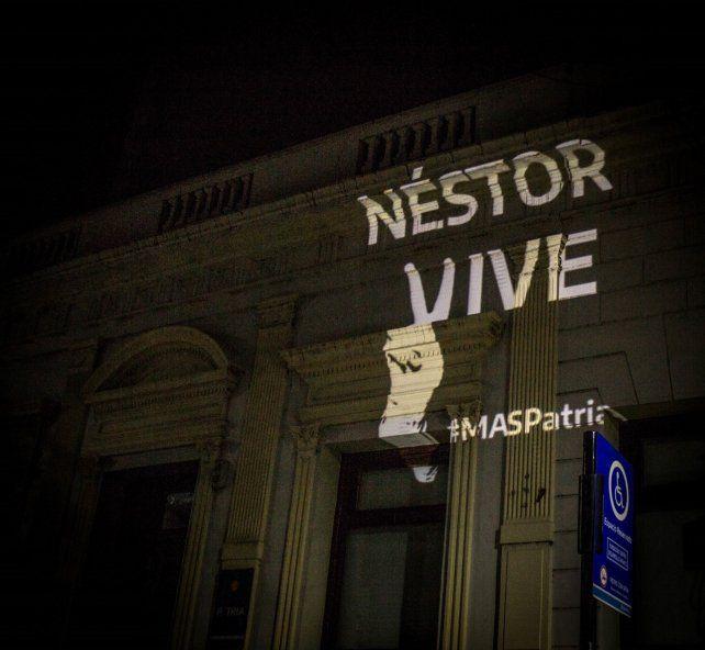 La imagen de Néstor Kirchner en el frente de la sede Casa Patria de Rosario.