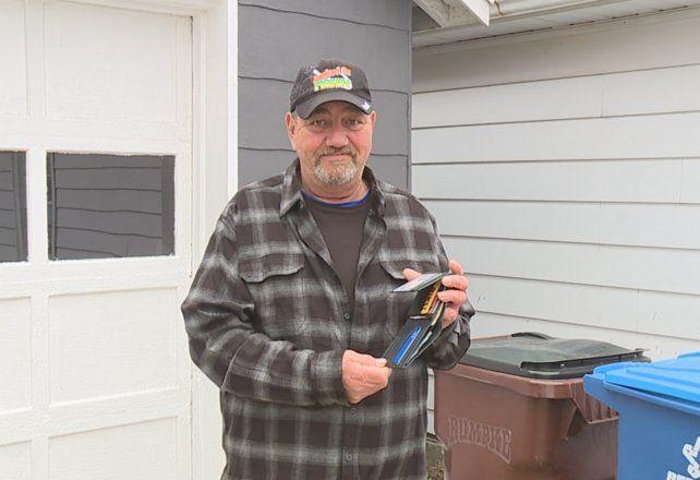 Robert Nolte tiró la billetera a la basuara y la encontró en una montaña de basura.