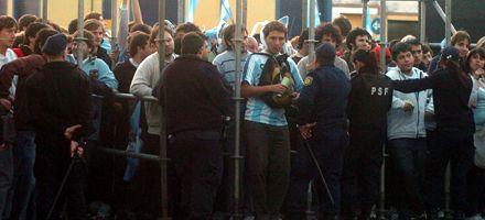 Filmaron a dos policías que revendían entradas en la cancha de Central