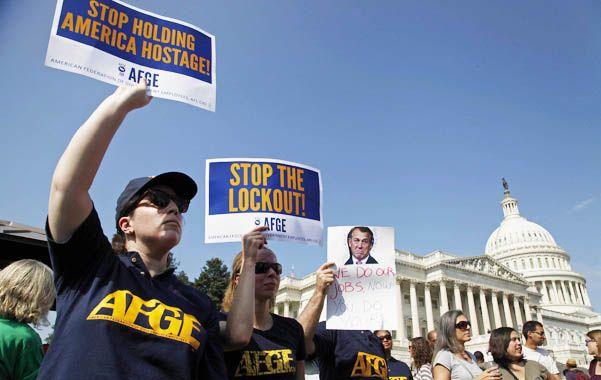 Shutdown. Los trabajadores públicos suspendidos por falta de dinero expresaron su malestar frente al Capitolio.
