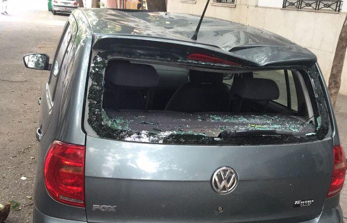 Un andamio se desprendió de una obra por los fuertes vientos y destruyó un auto