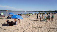Los bañistas este verano, en una playa más vacía, se circunscribieron a los circulos de respeto en La Florida.