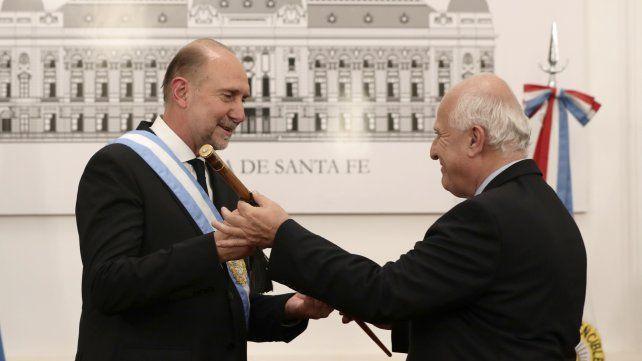 Protocolo. el gobernador saliente Miguel Lifschitz le entrega el bastón de mando a Omar Perotti.