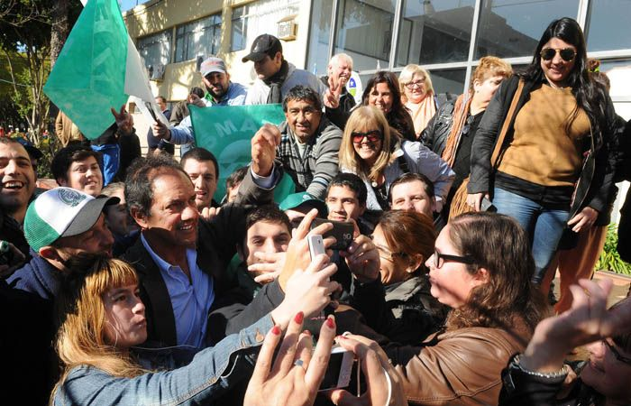Daniel Scioli recibe el saludo de la gente y de militantes justicialistas durante una recorida por Baradero.