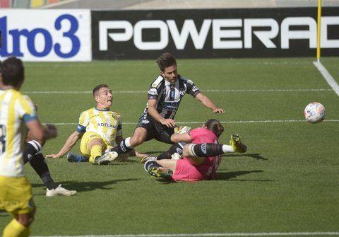 2-0. Ruben se arrojó al piso para asegurar el grito.
