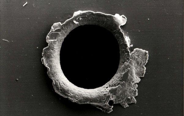 Muestra. Impacto de basura espacial en un panel de la sonda Solar Max