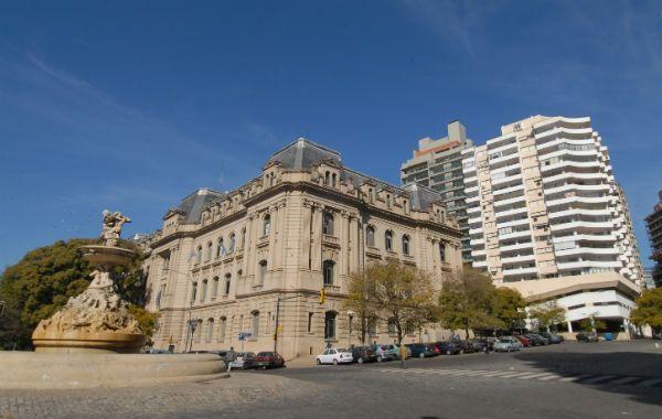 Misterio. Todos comentan el tema en el palacio de avenida Belgrano y la bajada Sargento Cabral. (Foto de archivo: S. Salinas)