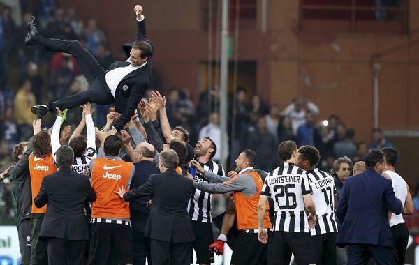 Los jugadores tiran por el aire al técnico campeón