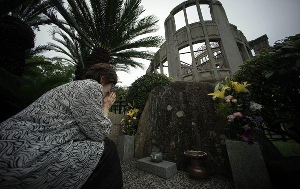 Recordación. Una sobreviviente japonesa reza frente a la emblemática estructura de Hiroshima.