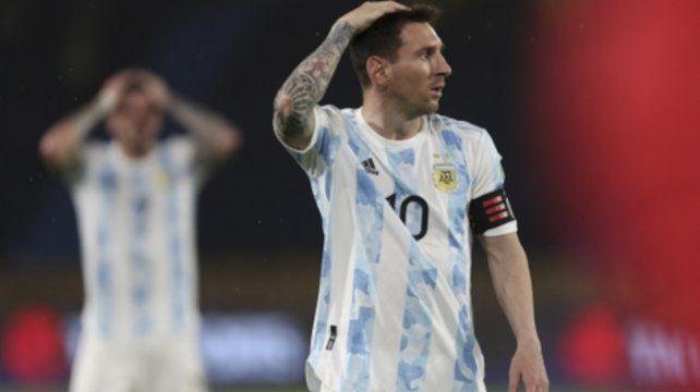 De no creer. Messi se agarra la cabeza y sufre el empate agónico de Colombia.