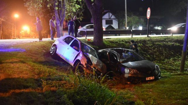Siniestro en el Distrito Oeste. Los autos cayeron a la banquina.