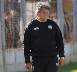 Luis Ventura con el buzo de técnico de Victoriano Arenas. (Foto: L. Vincenti)