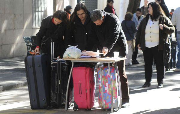El operativo de regreso se organizó en Balcarce y Catamarca. Los familiares acudieron con valijas para retirar sus pertenencias. (Foto: M. Sarlo)