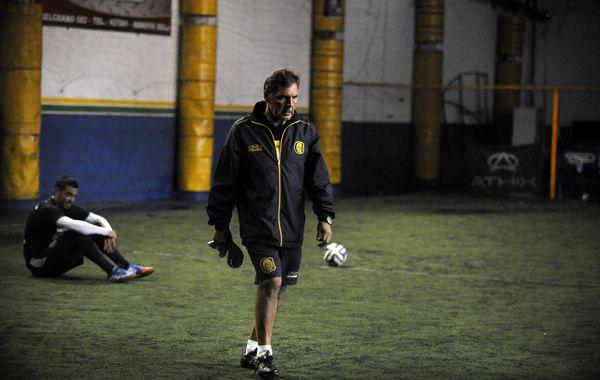 El entrenador Miguel Angel Russo dirigiñó el entrenamiento de esta mañana en una cancha de fútbol 5 de Arroyo Seco. (Foto: G. de los Ríos)