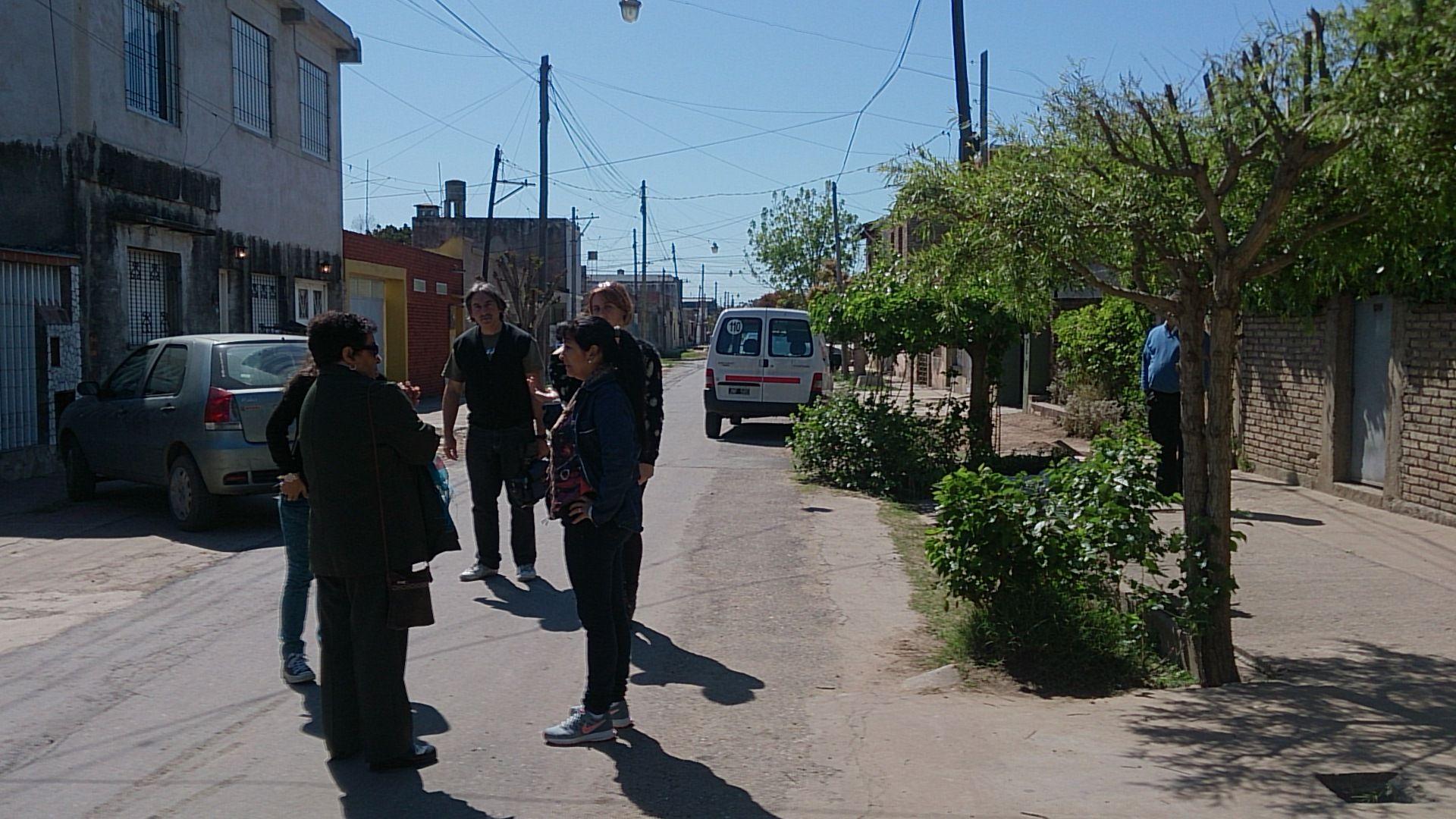 Vecinos del comerciante comentaban estaba mañana lo ocurrido con Alfredo. (Foto La Capital: Celina M. Lovera)