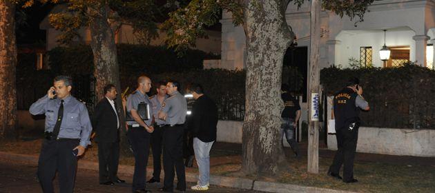 La policía buscaba pistas anoche en el área donde quedaron los casquillos de los proyectiles disparados contra la casa de Bonfatti. El gobernador sólo se asomó unos segundos. (Foto: N. Juncos)