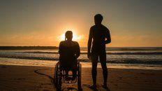 """Dejan huella. Georgina Melatini y Pablo Martínez, en una imagen del filme """"Surfeando el cielo"""", de Mariana Wenger."""