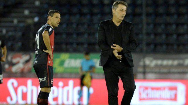 La imagen de impotencia lo resume todo. Frank Kudelka y Maxi Rodríguez lucen resignados. La dirigencia de Newells buscaría su alejamiento.