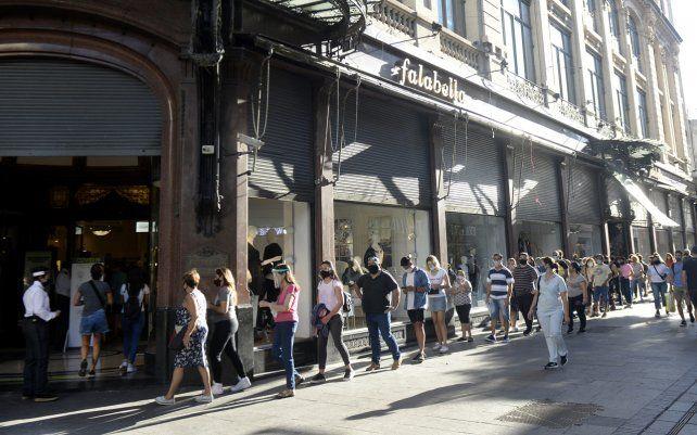 Falabella anunció el cierre de su local en Rosario y la gente se llegó a la esquina céntrica con la esperanza de conseguir buenas ofertas de liquidación.