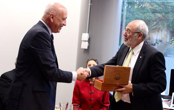 El gobernador se reunió con Peter Gluckman en Nueva Zelanda.