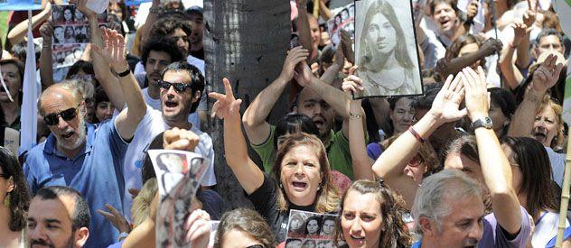 Vigilia. Militantes y familiares celebraron el fallo afuera del tribunal.