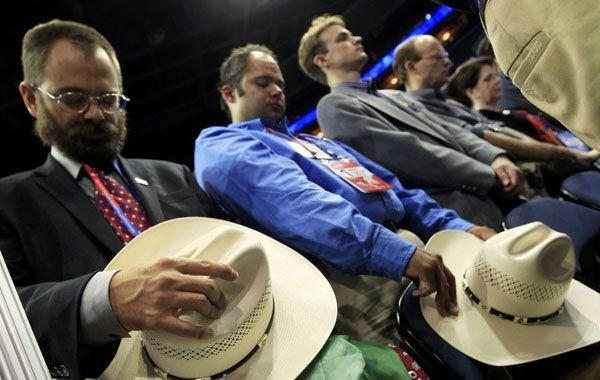 Los delegados republicanos rezan en la apertura de la convención en Tampa. La ceremonia duró sólo cinco minutos por razones de seguridad: la tormenta tropical Isaac pasará cerca de la ciudad floridana.