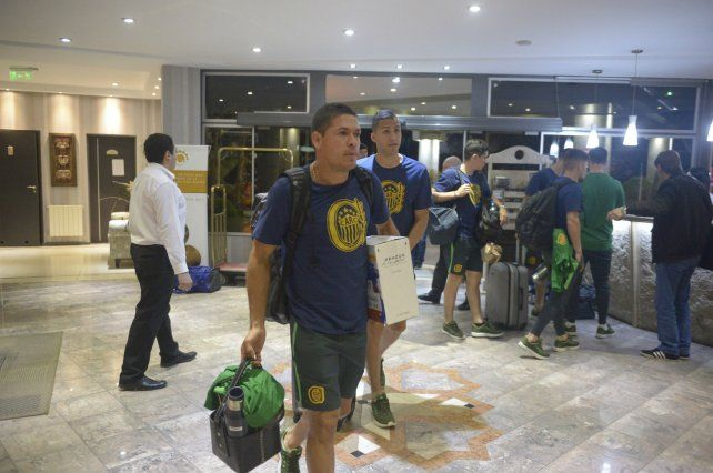 Con las valijas. Leguizamón y Tobio ingresan al hotel en San Juan
