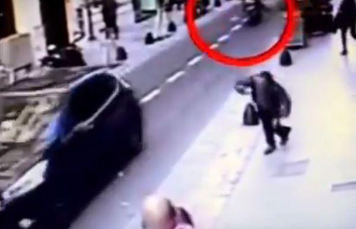 Una captura del video donde se ve el accionar de los motochorros y el cerrajero que cae muerto por un balazo.