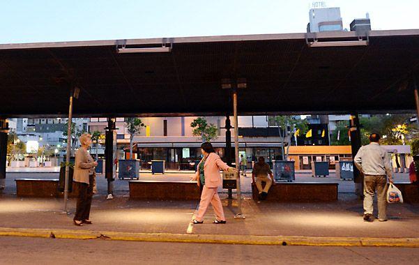 El paro tomó por sorpresa a más de un pasajero y muchos se quedaron aguardando un colectivo que nunca llegó a la parada. (Foto: S.Salinas)